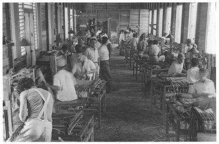 Refugiados judíos trabajan en una fábrica de República Domininaca.