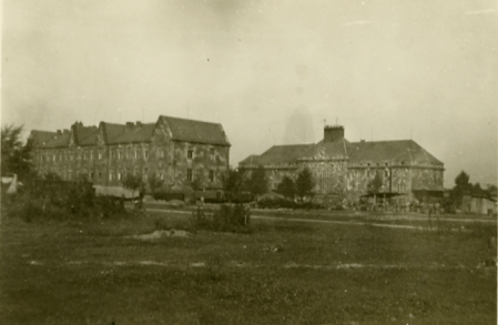 In the foreground so-called Stabsgebäude [headquarters building], from which Jerzy Bielecki led Cyla Cybulska out. Photo by Z. Klawender, probably September 1945. APAM-B.