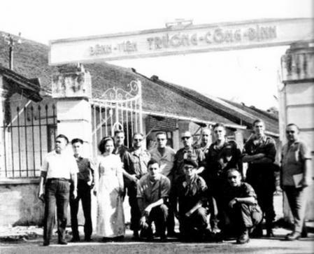 Miembros de la misión española en Vietnam a las puertas del hospital