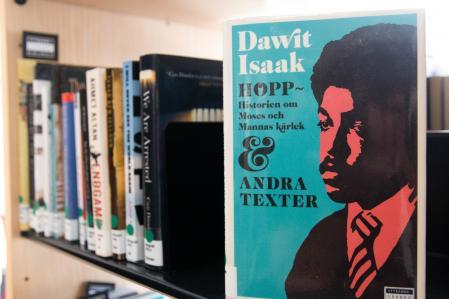 El escritor sueco-eritreo Dawit Isaak que da nombre a la biblioteca es de los periodistas que lleva más tiempo entre rejas,  sin juicio ni contacto con el exterior, en algún lugar de Eritrea