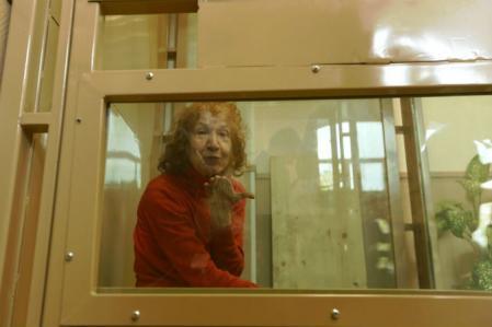 Tamara Samsonova lanza un beso a los periodistas durante la vista judicial