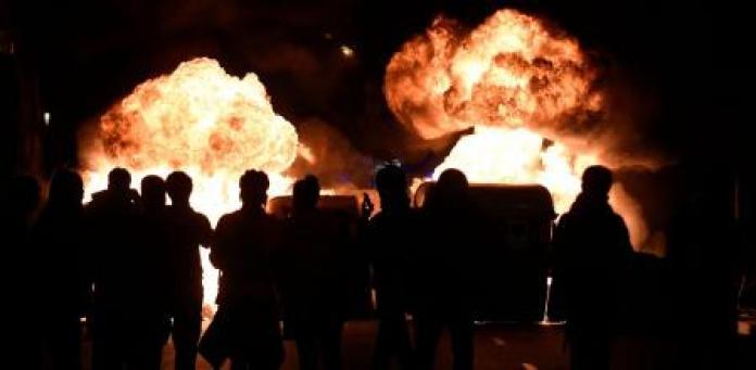 Las llamas se elevan desde los contenedores de basura durante la manifestación contra el arresto de Pablo Hasél en Barcelona