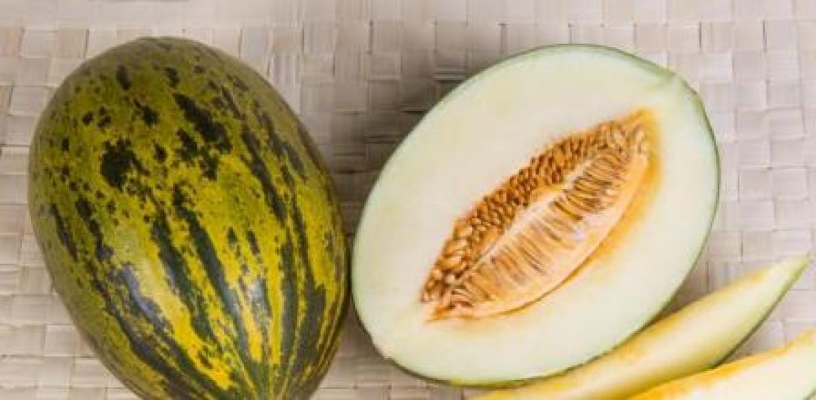 Cortar melón por la mitad
