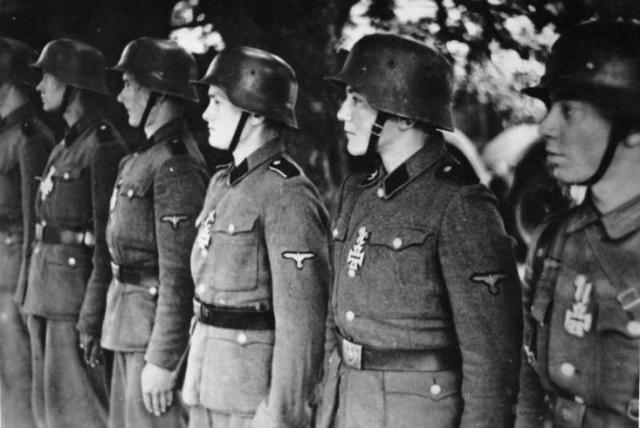 División 'Hitlerjugend', alineada para recibir la Cruz de Hierro en julio de 1944. Foto: Wikimedia Commons / Bundesarchiv, Bild 183-J27050 / CC-BY-SA 3.0.