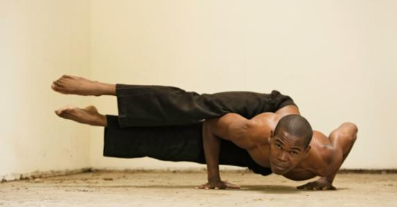 Un hombre haciendo una postura dew bikram yoga