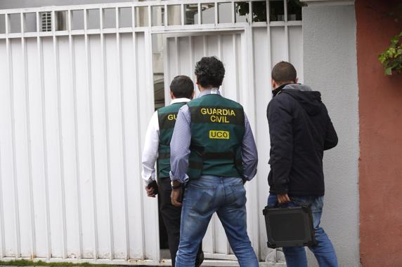 Agentes de la Unidad Central Operativa (UCO)  de la Guardia Civil ,en el domicilio familiar del expresidente de Banesto Mario Conde