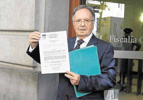 El secretario general del sindicato Manos Limpias, Miguel Bernard, muestra la denuncia presentada para pedir la detención del presidente de la Generalitat, Artur Mas, por convocar unas elecciones de carácter plebiscitario