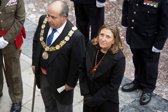 Fotografía de archivo, del 02/01/16, del alcalde de Granada, José Torres Hurtado, y a la concejal de Urbanismo de esta corporación, Isabel Nieto