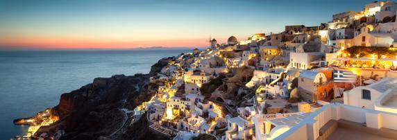 Pueblo de Oia al atardecer, en Santorini (Grecia), es perfecto para parejas que buscan unas vacaciones románticas