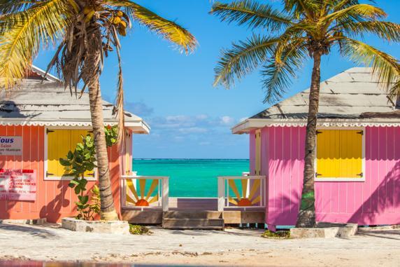 Casetas de colores en una playa de Providenciales (Islas Turcas y Caicos)