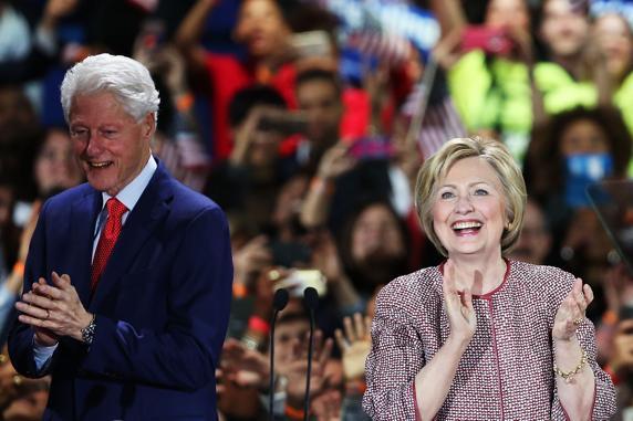 El expresidente Bill Clinton acompaño a su esposa en la fiesta demócrata
