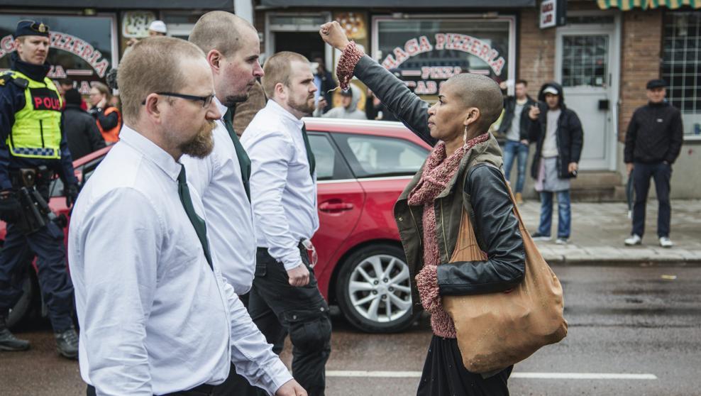Una mujer desafía a 300 nazis en Suecia y se convierte en heroína nacional