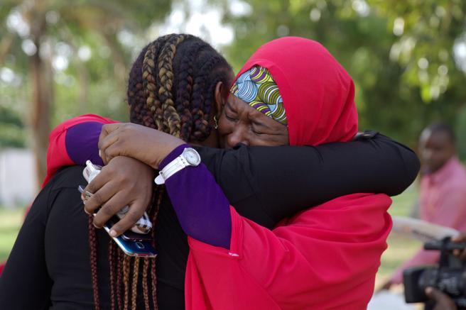 Miembros de la campaña Devolvernos a Nuestras Chicas ('Bring Our Girls Back') celebran el hallazgo de Amina