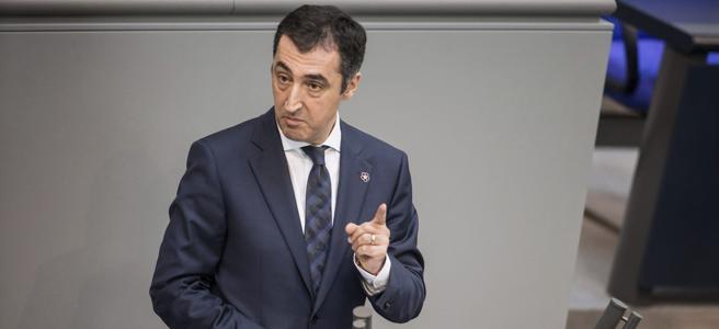 El líder de Los Verdes, Cem Özdemir, pronuncia su discurso en el Bundestag el día que se aprobó la resolución
