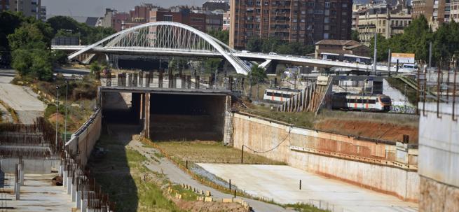 Las obras paradas de la Sagrera, con el puente de Bac de Roda al fondo