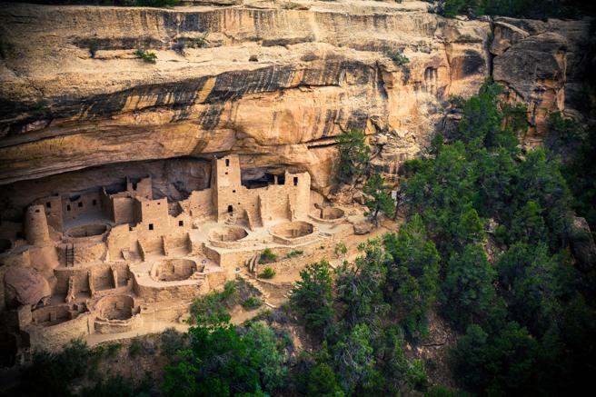 Casas construidas por los indios en la roca en el parque Nacional de Mesa Verde (EE.UU.)