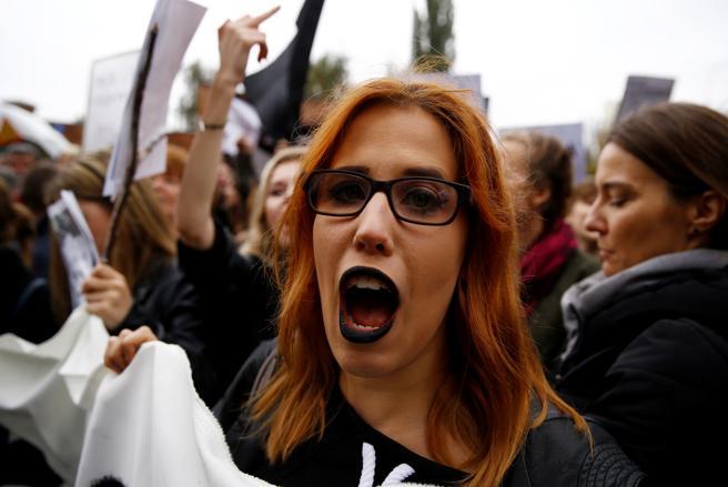 Una mujer grita frente a la sede de Ley y Justicia