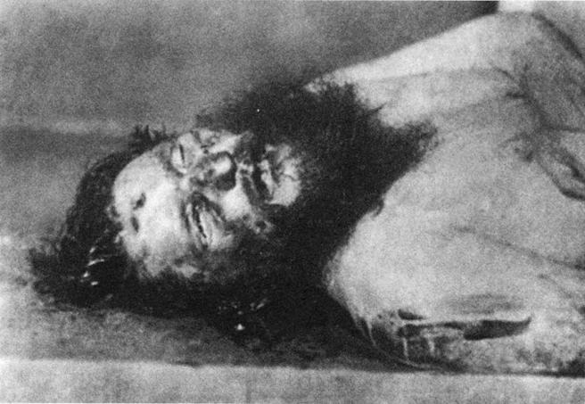 Fotografía del cadáver de Rasputin en el que se observa el tiro en la frente