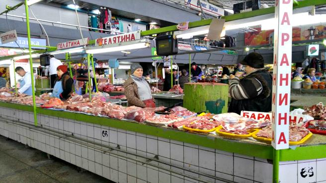 Las paradas de carne de un mercado del centro de Kiev están vacías
