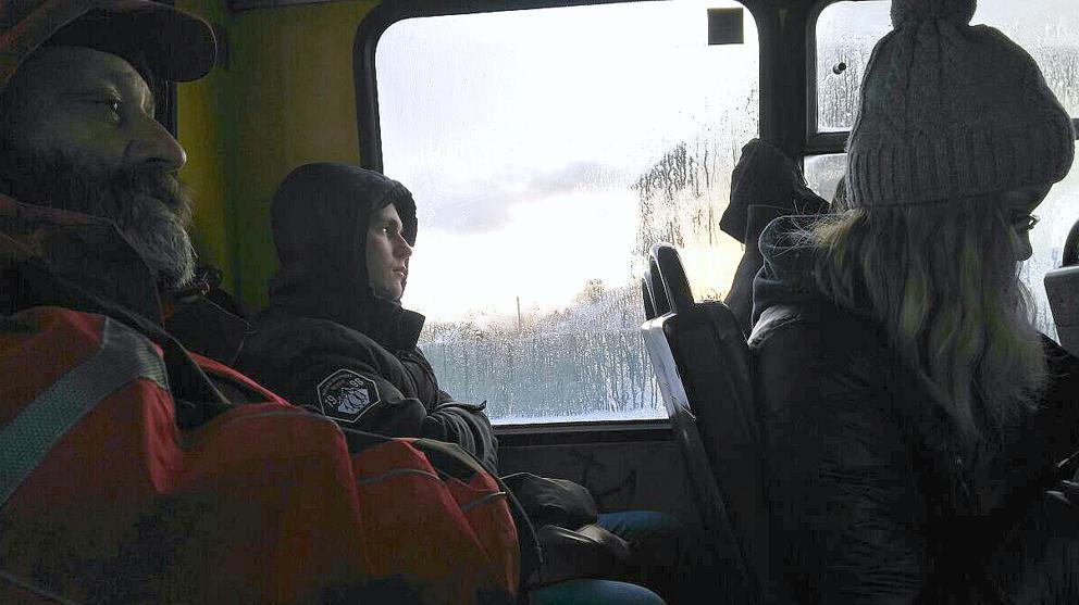 Un joven ucraniano mira por la ventana en un autobús camino de la ciudad de Irpin (Marina Meseguer)