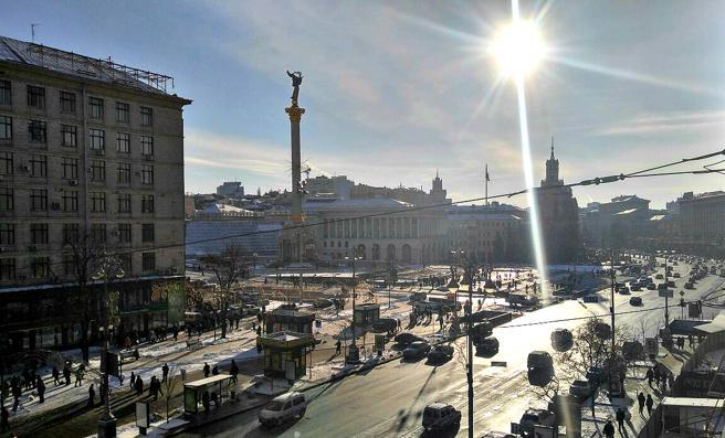 El sol brilla sobre la plaza Maidan de Kiev en una fría mañana de invierno