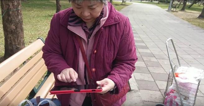 Abuelos y tabletas en Taipéi
