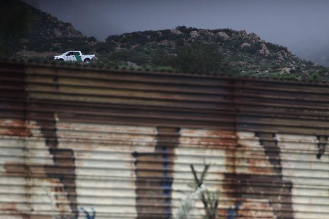 Una patrulla migratoria  en el costado estadounidense del muro de lámina que separa al territorio mexicano con el de EE.UU., en el estado de Baja California (México)