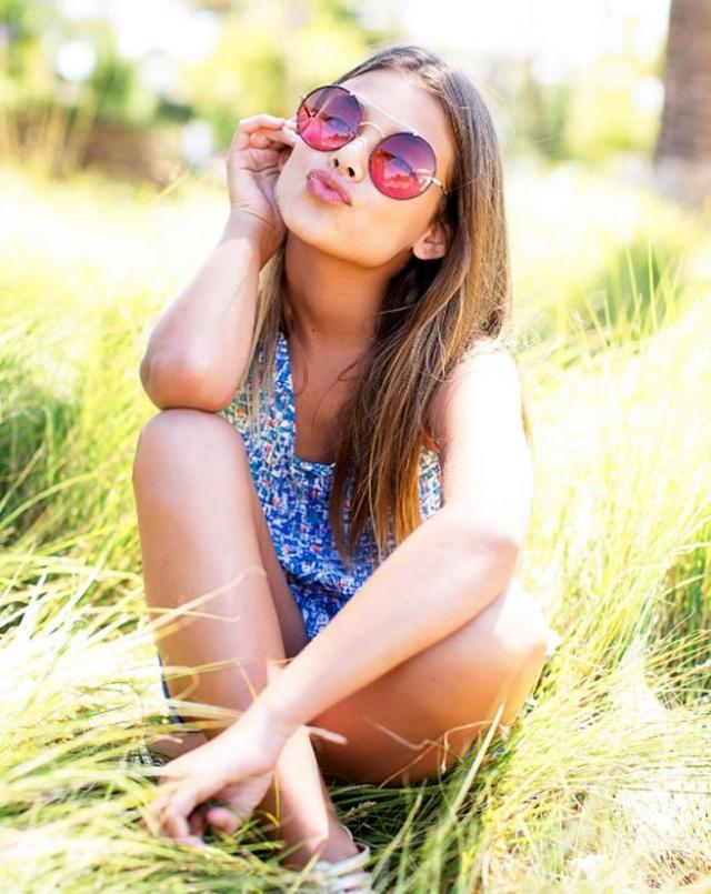 Una niña modelo posa en una red social.