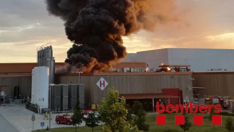 Un incendio quema un almacén de Coca-Cola de Montornès del Vallès