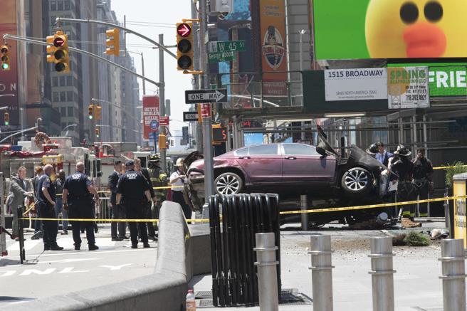 El coche que ha arrollado a la multitud chocó contra un poste de la luz
