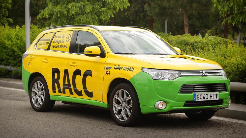 Este coche taller del RACC recarga las baterías agotadas de los vehículos eléctricos