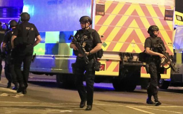 La policía toma posiciones tras las explosiones en el Manchester Arena durante un concierto de Ariana Grande