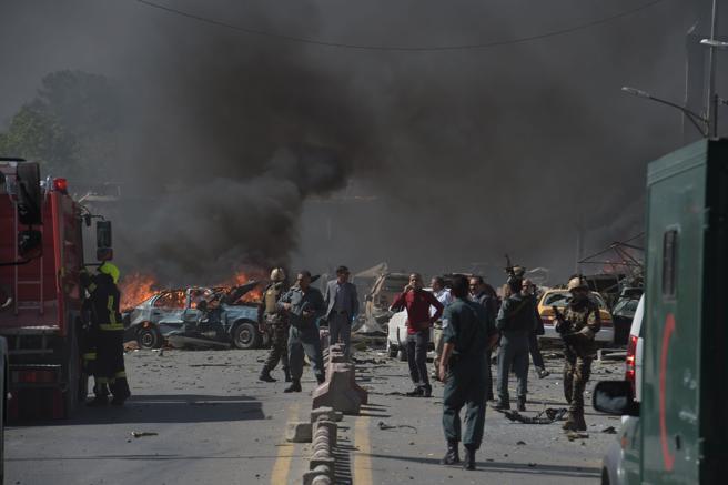 Las fuerzas de seguridad afganas llegan al lugar de la explosión del coche bomba en Kabul, Afganistán