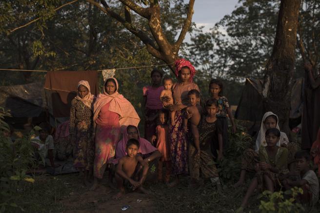 Refugiados rohinyás, tras cruzar la frontera con  Bangladesh