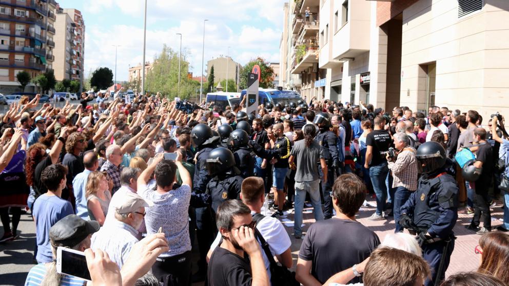 Empujones y rifirrafes en el registro de la Guardia Civil en Sabadell por el referéndum