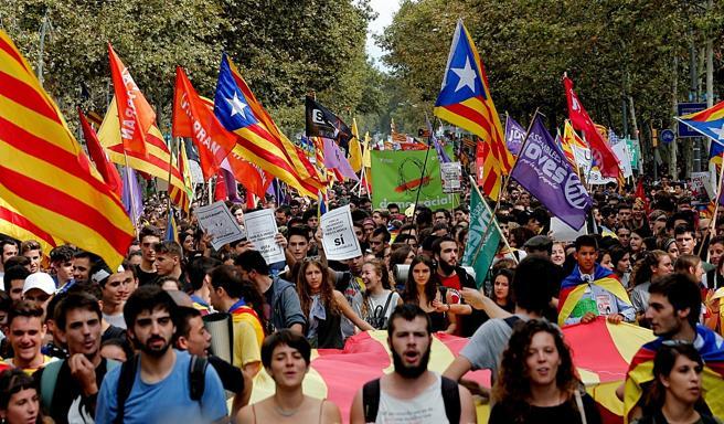 Miles de estudiantes de secundaria y universitarios, durante la manifestación que ha comenzado este mediodía en la plaza Universitat de Barcelona a favor del derecho a decidir