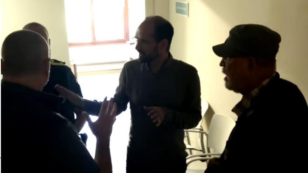 El alcalde de Sabadell frena dos hombres que querían descolgar la bandera española