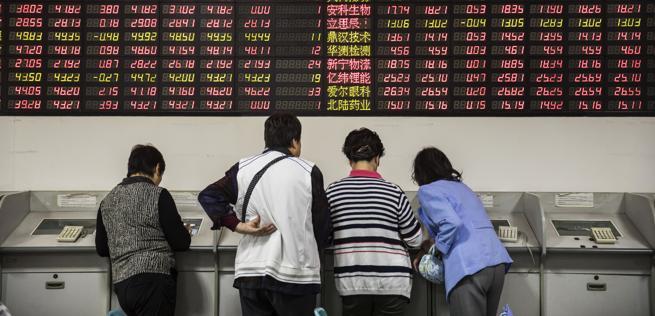 Inversores en una corredora de bolsa en Shanghai, China