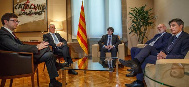 Carles Mundó, José María Romero de Tejada,  Carles Puigdemont  y José Manuel Maza con Francisco Moreno antes de una reunión en el Palau de la Generalitat en mayo