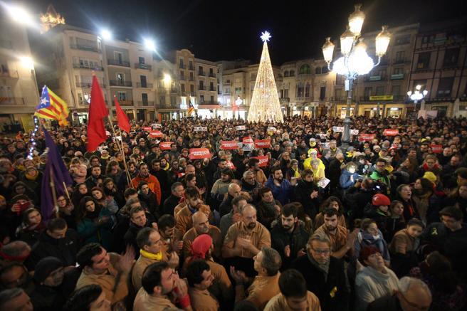 Cerca de un millar de personas se han concentrado en la plaza del Mercadal de Reus
