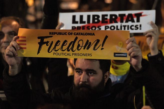 Carteles en favor de la libertad de los presos políticos en Sant Vicenç, pu