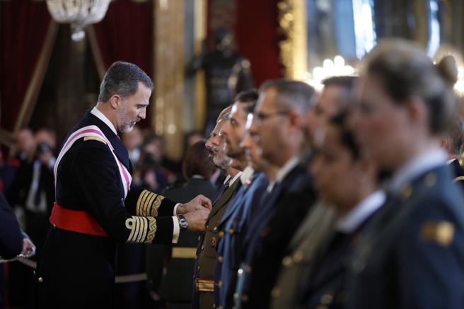 El Rey Felipe VI impone las condecoraciones en el Salón del Trono del Palacio Real