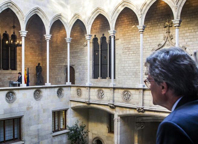 Más observa al president Puigdemont durante su declaración institucional el pasado 26 de octubre