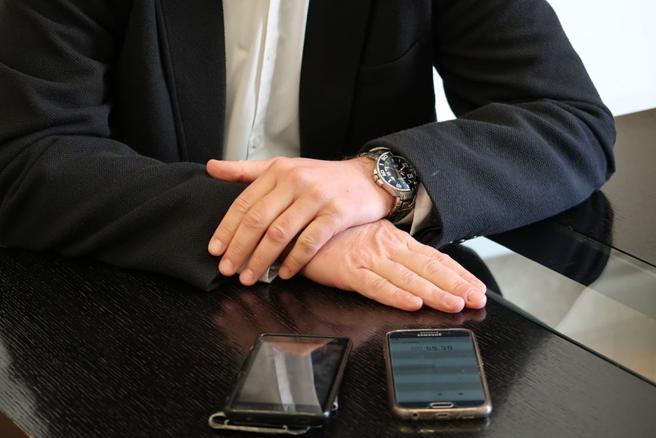 Detalle de las manos del presidente de la Diputación de Valencia, Jorge Rodríguez, durante la entrevista con La Vanguardia