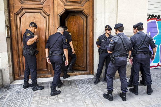 Registros por parte de la Guardia Civil en la sede de CatDem , la Fundacion de CDC, en la calle Casp de Barcelona