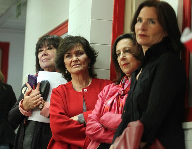 Las socialistas Cristina Narbona, Carmen Calvo, Margarita Robles y Marilo Seijo observan a Pedro Sánchez, durante su rueda de prensa