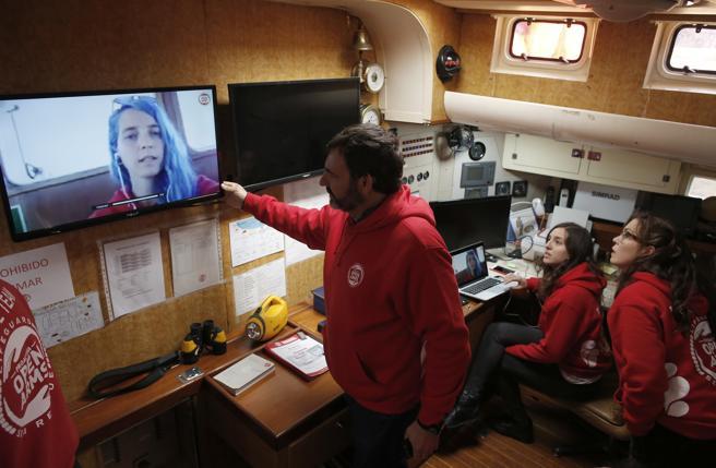 Óscar Camps habla desde el velero 'Astral', en Bacelona, con Anabel Montes, jefe de la misión 43, a bordo del 'Open Arms'