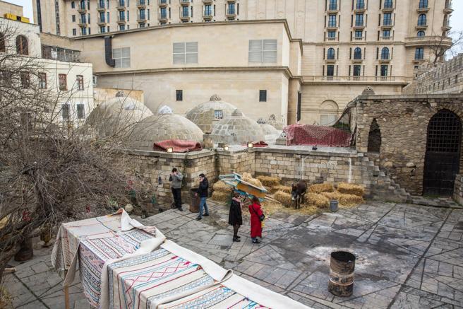 Exterior de unos baños turcos en la ciudad vieja de Bakú