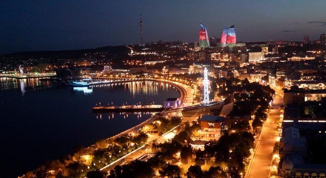 Vista nocturna de Bakú, en junio del 2017