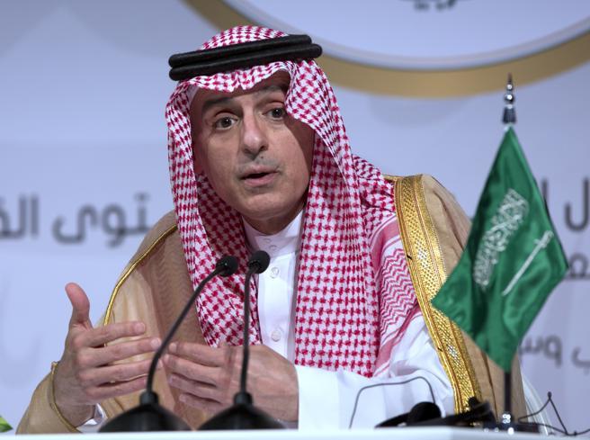 El ministro de Exteriores saudí, Adel al Jubeir, durante una conferencia de prensa en la cumbre de la Liga Árabe en Dhahran (Arabia Saudí), el 15 de abril